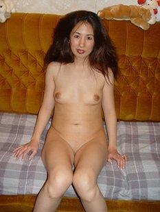 Оголенная японка прогуливается по квартире
