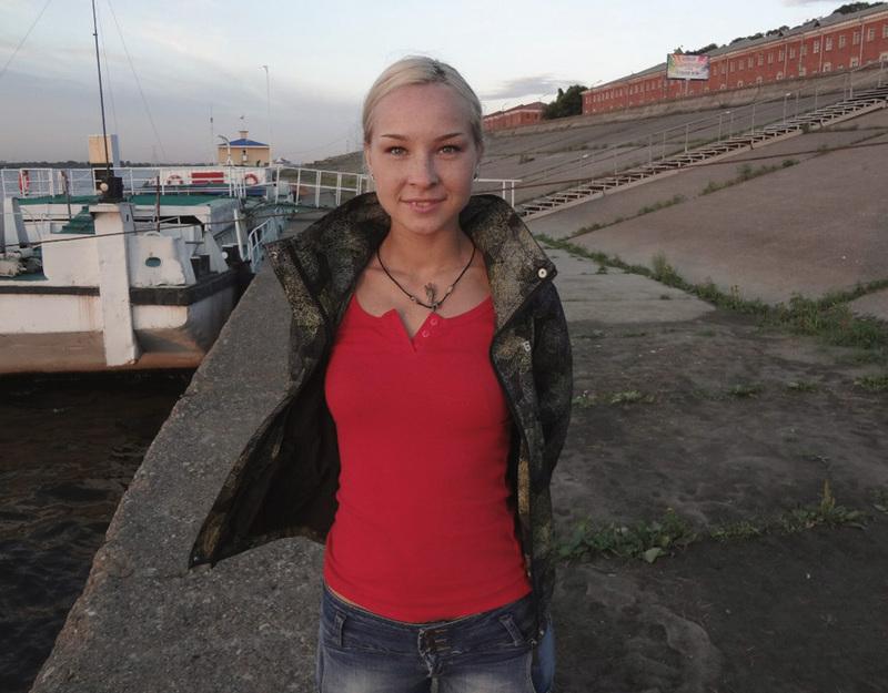 Татуированная блондинка в джинсах и с голой грудью стоит у стены 3 фото
