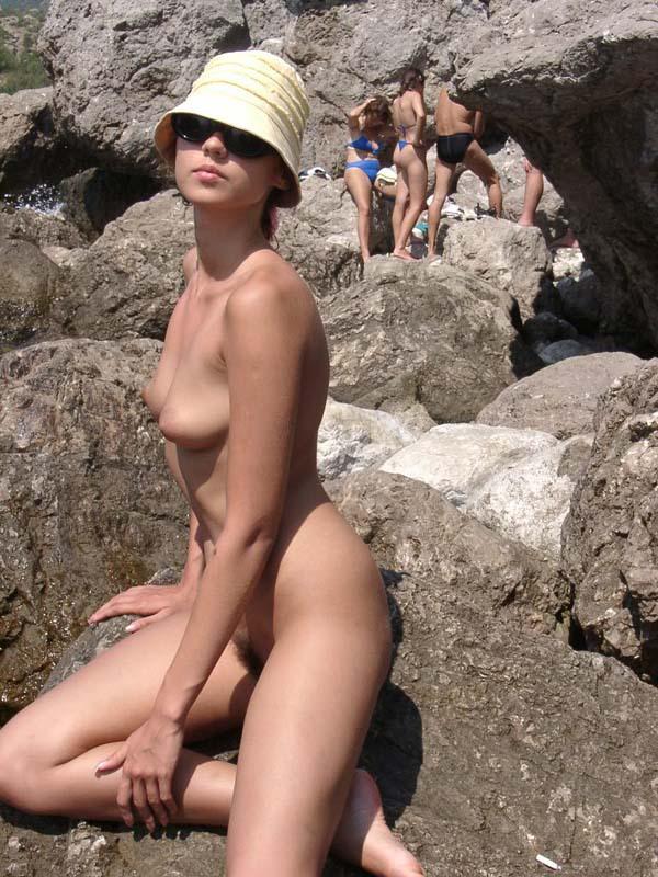 Длинноногая крошка позирует голой на скале 3 фото