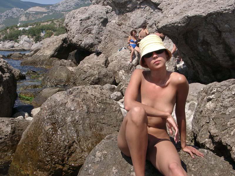 Длинноногая крошка позирует голой на скале 4 фото