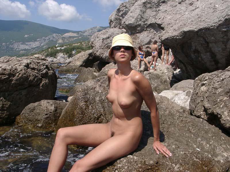Длинноногая крошка позирует голой на скале 6 фото