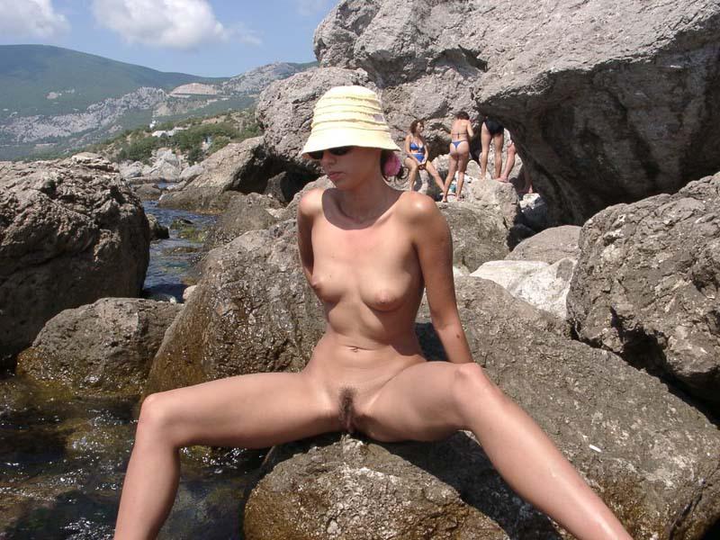 Длинноногая крошка позирует голой на скале 7 фото