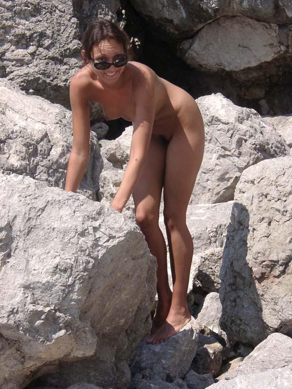 Длинноногая крошка позирует голой на скале 13 фото