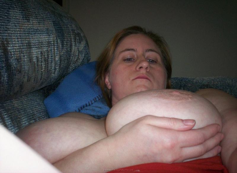 Одинокая баба демонстрирует отвисшие дойки большого размера 13 фото