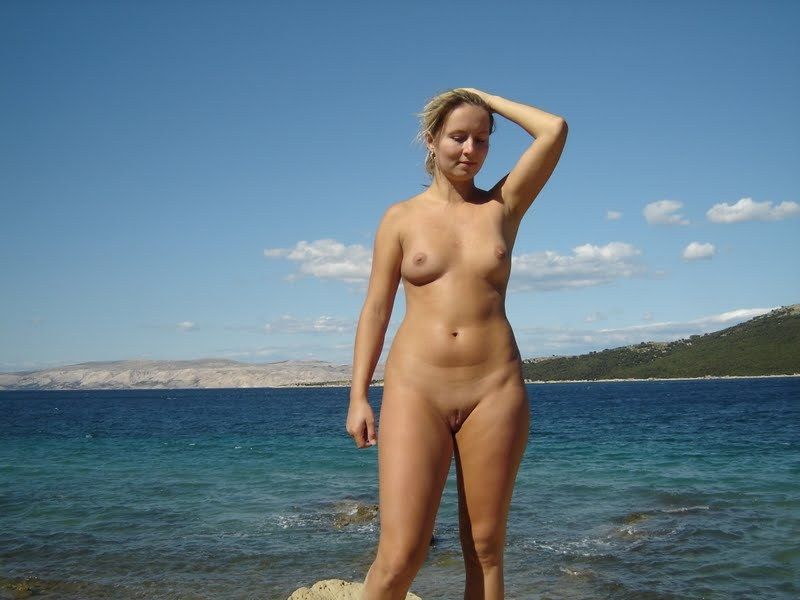 Обнаженная туристка позирует голой на камнях 8 фото