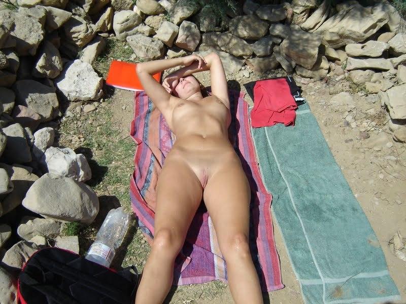 Обнаженная туристка позирует голой на камнях 14 фото