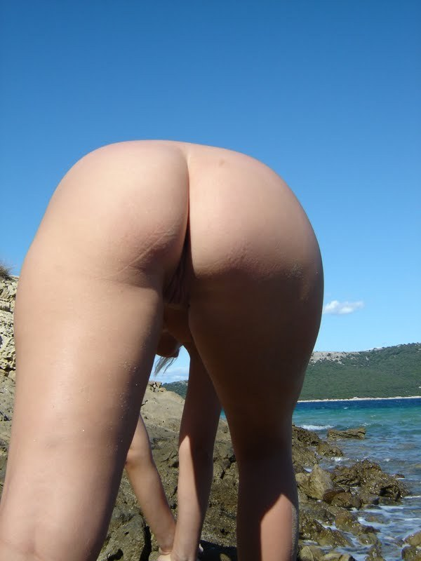 Обнаженная туристка позирует голой на камнях 3 фото
