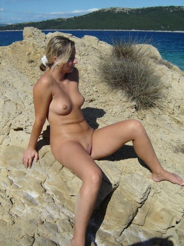 Обнаженная туристка позирует голой на камнях 7 фото