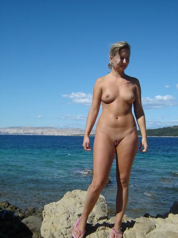 Обнаженная туристка позирует голой на камнях 9 фото