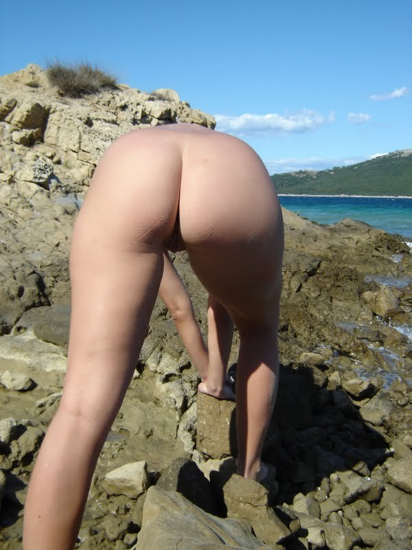 Обнаженная туристка позирует голой на камнях 2 фото