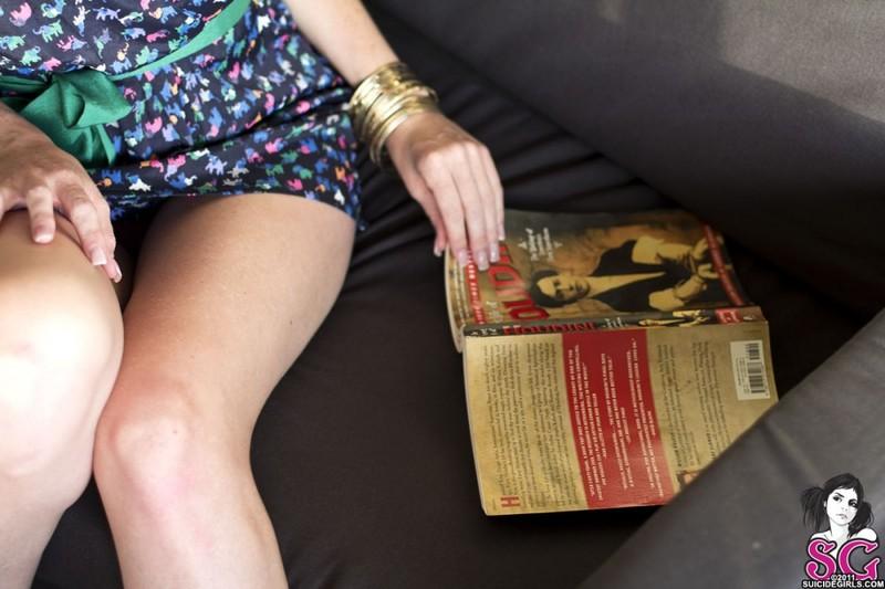 Татуированная кокетка с маленькими сисями позирует голой 4 фото