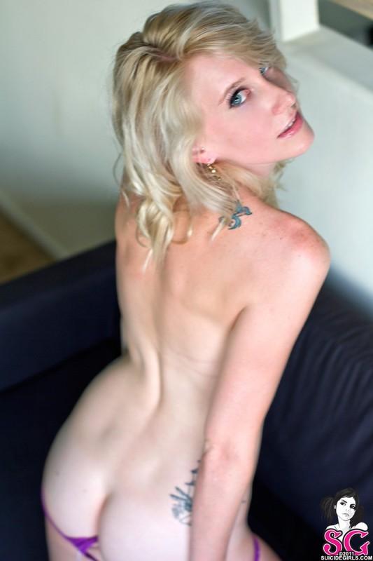 Татуированная кокетка с маленькими сисями позирует голой 20 фото