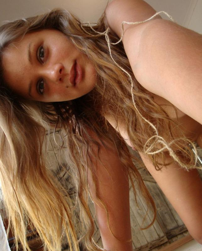 Молодая телка обвязала соски веревками и делает пошлые селфи 16 фото