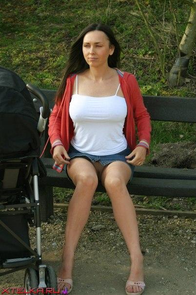 Мать одиночка в мини-юбке без трусиков пытается подцепить на прогулке мужика 3 фото
