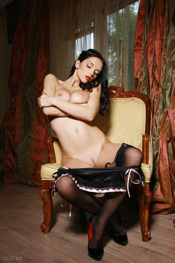 Брюнетка с пирсингом в сосках сняла короткую юбку в кресле 5 фото