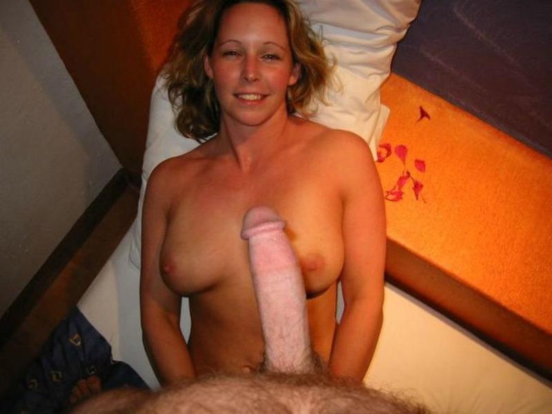 Заводная мамка дрочит киску перед мужем и берет в рот 17 фото