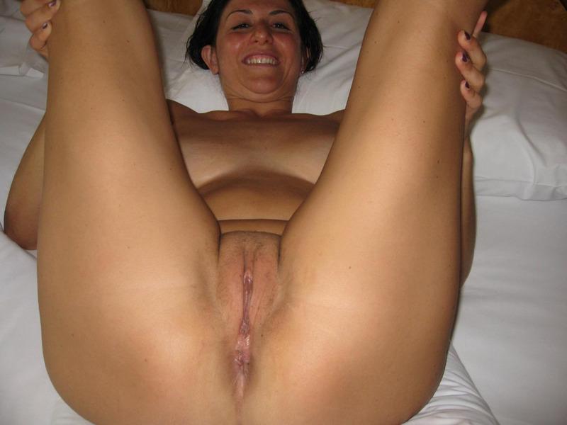Итальянская мамочка с большими сиськами мастурбирует волосатую писю 7 фото