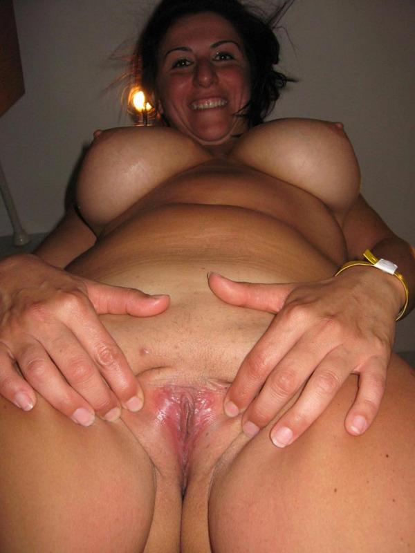 Итальянская мамочка с большими сиськами мастурбирует волосатую писю 13 фото