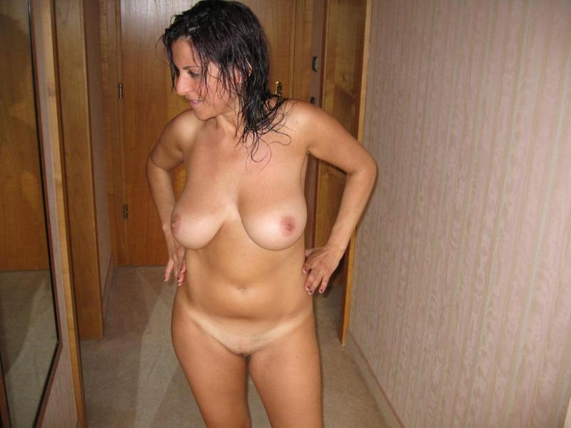 Итальянская мамочка с большими сиськами мастурбирует волосатую писю 3 фото