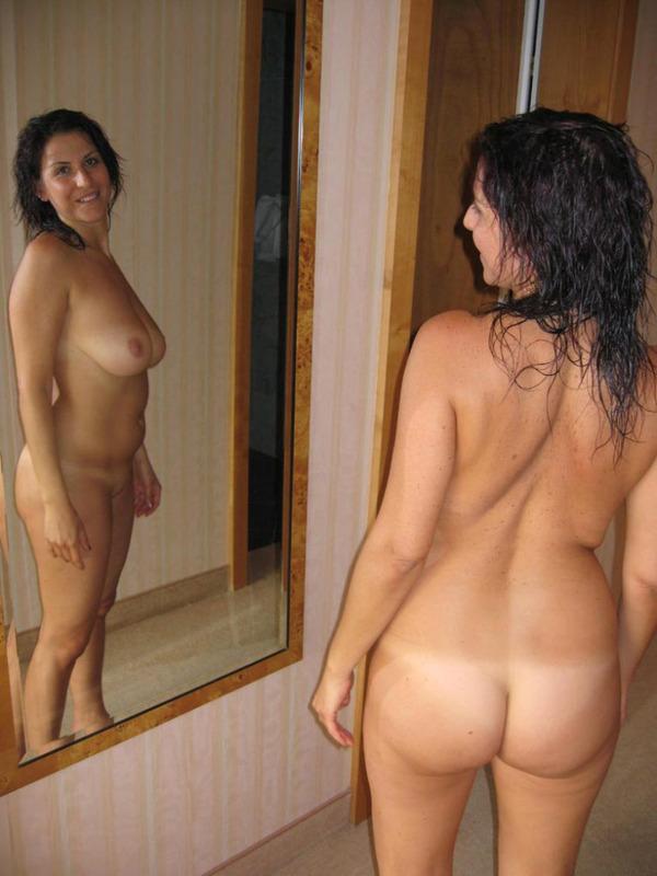 Итальянская мамочка с большими сиськами мастурбирует волосатую писю 2 фото