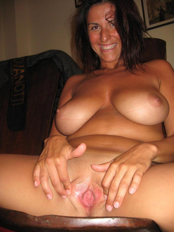Итальянская мамочка с большими сиськами мастурбирует волосатую писю 14 фото
