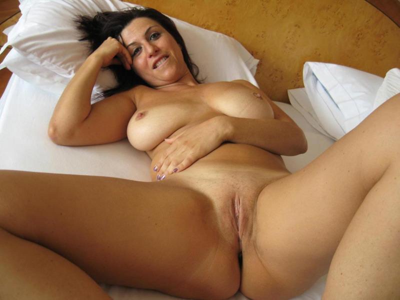 Итальянская мамочка с большими сиськами мастурбирует волосатую писю 6 фото