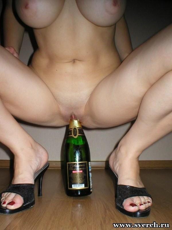 Сисястая прыгает на горлышке бутылки 10 фото