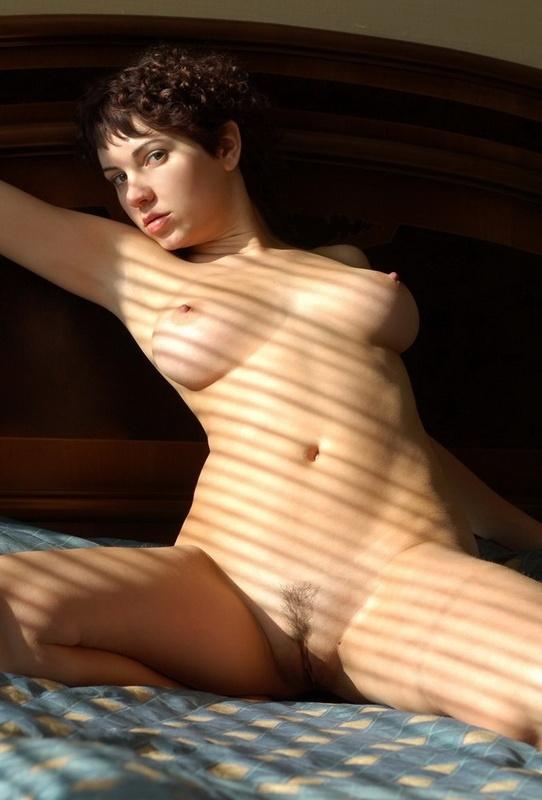 Цыпочка с округлыми формами позирует на кровати 11 фото