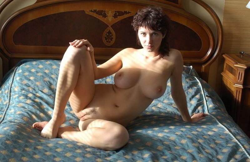 Цыпочка с округлыми формами позирует на кровати 3 фото