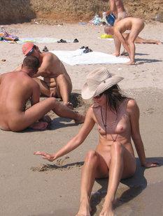 Длинноногая телка голышом загорает на нудистском пляже