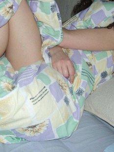 Кудрявую брюнетку застали голой на кровати