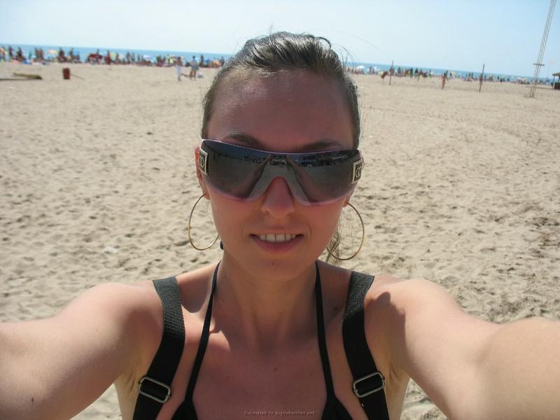 Длинноногая брюнетка прилюдно разделась на пляже для парня 2 фото