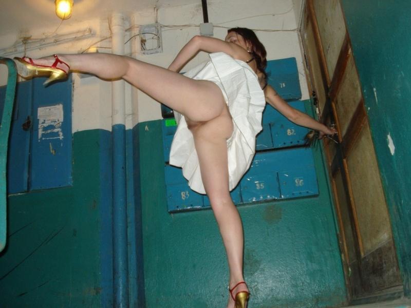 Русская девушка в эро чулках пошло позирует в падике и дома 2 фото