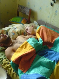 Позирует пока парень спит рядом