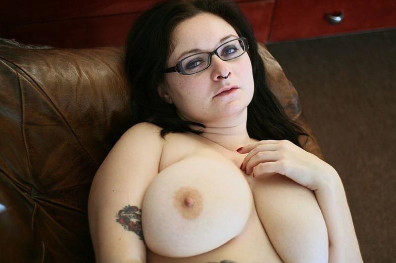 Полная мамочка с огромными дойками и татухами позирует на кожаном диване 19 фото