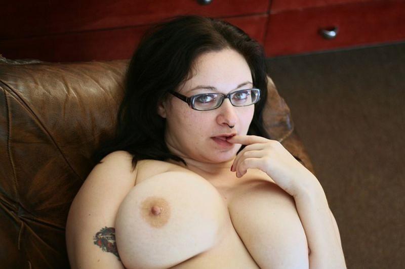 Полная мамочка с огромными дойками и татухами позирует на кожаном диване 18 фото