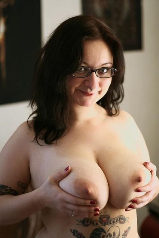 Полная мамочка с огромными дойками и татухами позирует на кожаном диване 9 фото