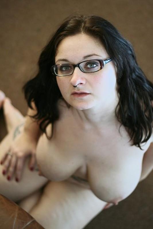 Полная мамочка с огромными дойками и татухами позирует на кожаном диване 25 фото