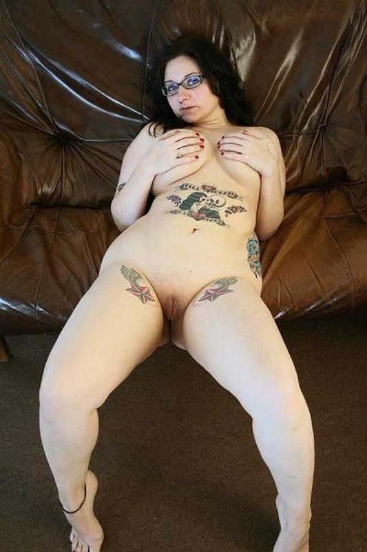 Полная мамочка с огромными дойками и татухами позирует на кожаном диване 22 фото