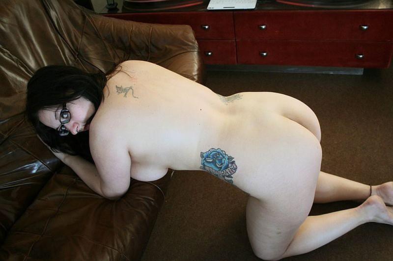 Полная мамочка с огромными дойками и татухами позирует на кожаном диване 37 фото