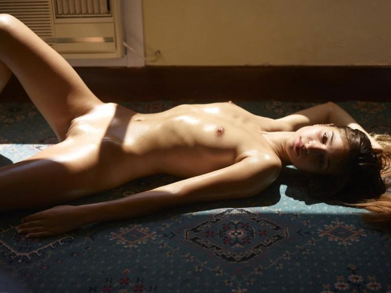 Загорелая худышка валяется дома на полу в летнюю жару 16 фото