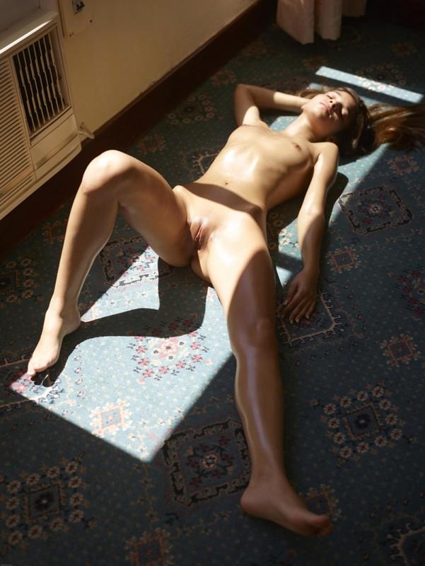 Загорелая худышка валяется дома на полу в летнюю жару 14 фото