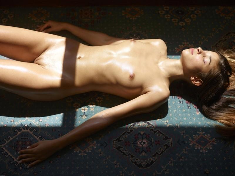 Загорелая худышка валяется дома на полу в летнюю жару 2 фото