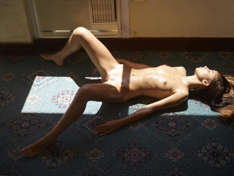 Загорелая худышка валяется дома на полу в летнюю жару 10 фото
