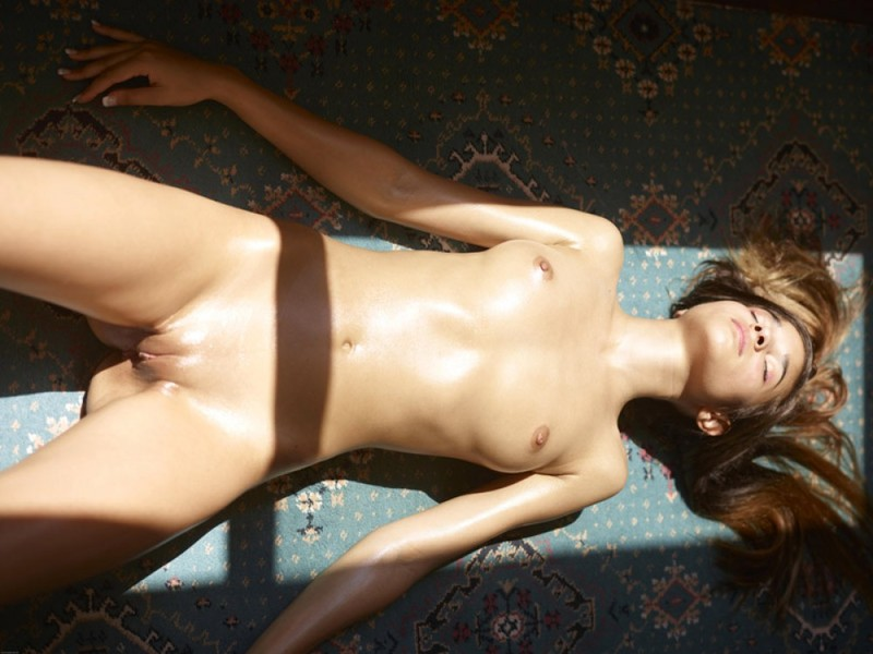 Загорелая худышка валяется дома на полу в летнюю жару 8 фото