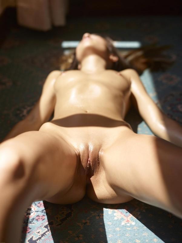 Загорелая худышка валяется дома на полу в летнюю жару 7 фото