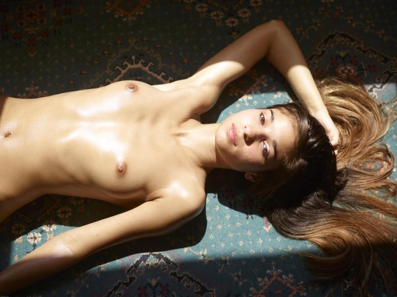 Загорелая худышка валяется дома на полу в летнюю жару 13 фото
