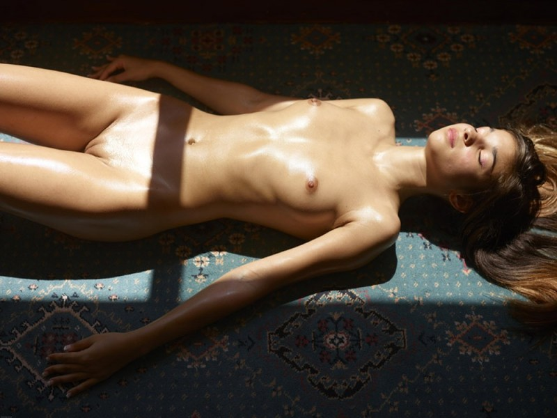 Загорелая худышка валяется дома на полу в летнюю жару 1 фото