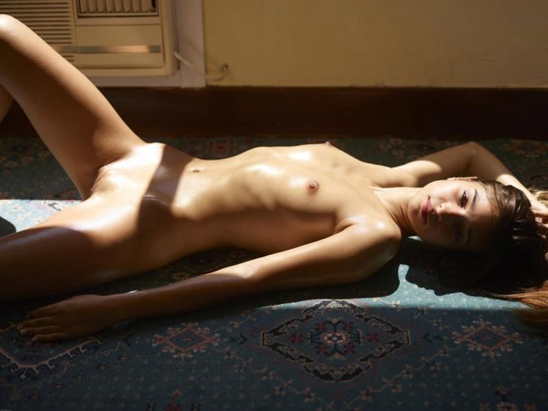 Загорелая худышка валяется дома на полу в летнюю жару 17 фото