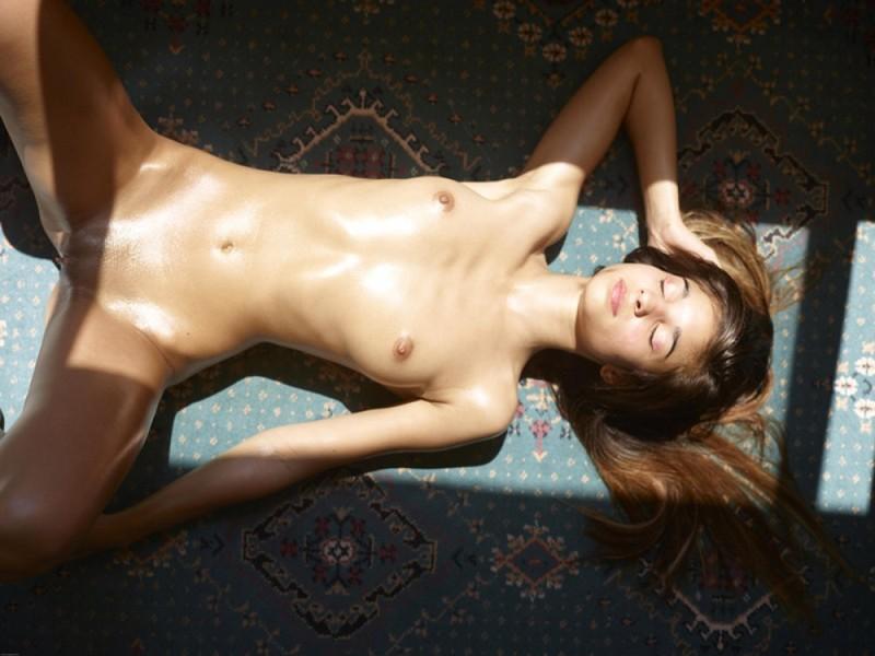 Загорелая худышка валяется дома на полу в летнюю жару 23 фото